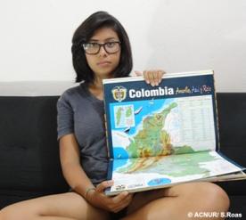 """Daniela mora no Brasil há seis anos e veio da Colômbia. Quando arrumava sua mala, trouxe consigo um atlas do país. """"Para mim não tem coisa mais importante do que preservar minhas raízes"""", diz ela. A jovem colombiana conta que nos momentos de saudade, abre o livro e se """"transporta"""" para sua cidade natal, Medellín."""