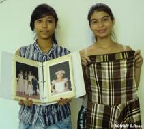"""Maria (à esquerda) e Dina chegaram ao Brasil em 2011, após anos de deslocamento interno na Colômbia. Maria trouxe fotos suas, de sua família e de amigos que ficaram na Colômbia. Dina trouxe a roupa que usou no seu aniversário de 15 anos, ainda na Colômbia. """"A festa de 15 anos é uma celebração muito importante, e este vestido me faz lembrar dos meus amigos e de uma época feliz da minha vida"""", diz Dina."""