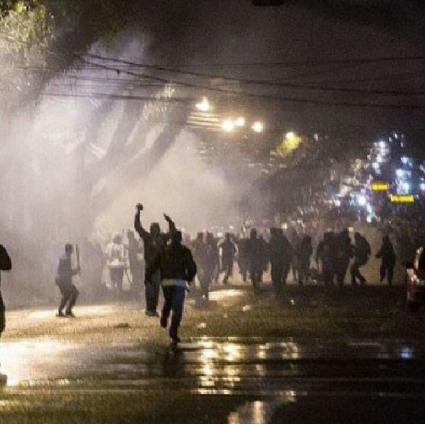 Anderson Stabelini @anderstabelini 12 min Manifestações acabam em confronto em frente do meu prédio aqui em Curitiba.  Torcida do Atlético PR X Manifestantes