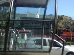 Próximo a Estação Tubo da Prefeitura de Curitiba, na Av. Cândido de Abreu, uma agência bancária prevê a desordem do dia anterior e envolve as vidraças com tapumes de madeira.