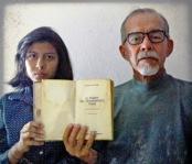"""Juan e sua filha fugiram para o Brasil, em 2006, por conta de perseguições de grupos armados irregulares na Colômbia. O refugiado trouxe com ele o livro """"O Poder do Pensamento Tenaz"""", dado por sua mãe, que traz dicas de como se libertar do medo e da dor. """"Sempre que leio esse livro, lembro-me da minha mãe e isso me dá forças para continuar"""", conta Juan"""