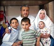 Mohamed e Reena foram torturados na Síria e deixaram o país com os filhos depois que combatentes incendiaram sua casa. O único objeto que conseguiram salvar foi um telefone celular com fotos da família. Hoje, eles moram na Bulgária, onde Mohamed quer abrir um restaurante para oferecer um futuro melhor para os filhos