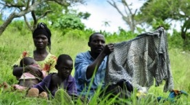 Sebadiri Mbarushimana e sua família fugiram de forças rebeldes que incendiaram sua casa na República Democrática do Congo. Eles levaram esta camisa e algumas outras peças de roupa que os matinha aquecidos durante a noite e os protegia dos espinhos, quando caminhavam no meio do mato, rumo a um assentamento de refugiados em Uganda, onde vivem atualmente