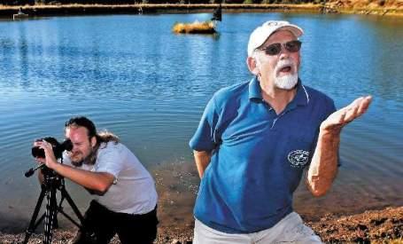 Gary Harrington, irônico, posa para foto após ser condenado por captação de água da chuva para consumo próprio.