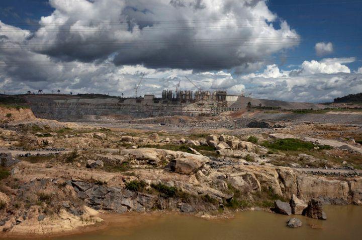 Uma vista do canteiro de obras da hidrelétrica de Belo Monte, 13 de maio de 2014. A capacidade prevista do complexo da barragem é 11.233 megawatts (MW) o que será o segundo maior complexo hidrelétrico do Brasil e no mundo terceira maior em capacidade instalada. Uma vez concluída, a barragem irá desviar 80% do fluxo do rio Xingu, inundando uma área de 415 quilômetros quadrados e forçando o deslocamento de 20.000 a 40.000 pessoas.