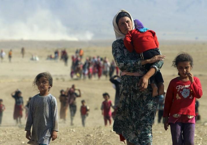 Minoria deslocada da seita Yazidi foge da violência das forças do estado islâmico na região em torno das montanhas de Sinjar, Iraque (Foto: Reuters)
